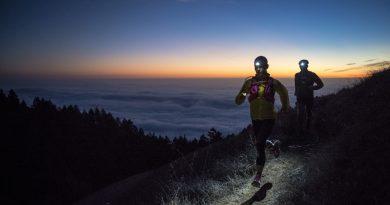 2 løbere i naturskøntområde med pandelamper på i tusmørke
