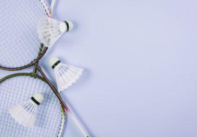 2 badmintonketchere med 3 fjerbolde ligger oven på hinanden