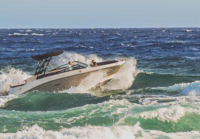 En speedbåd sejler på store bølger