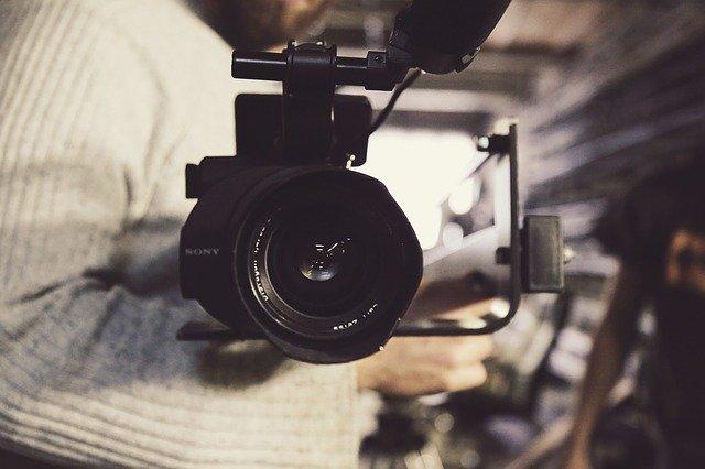 En mand står med et kamera